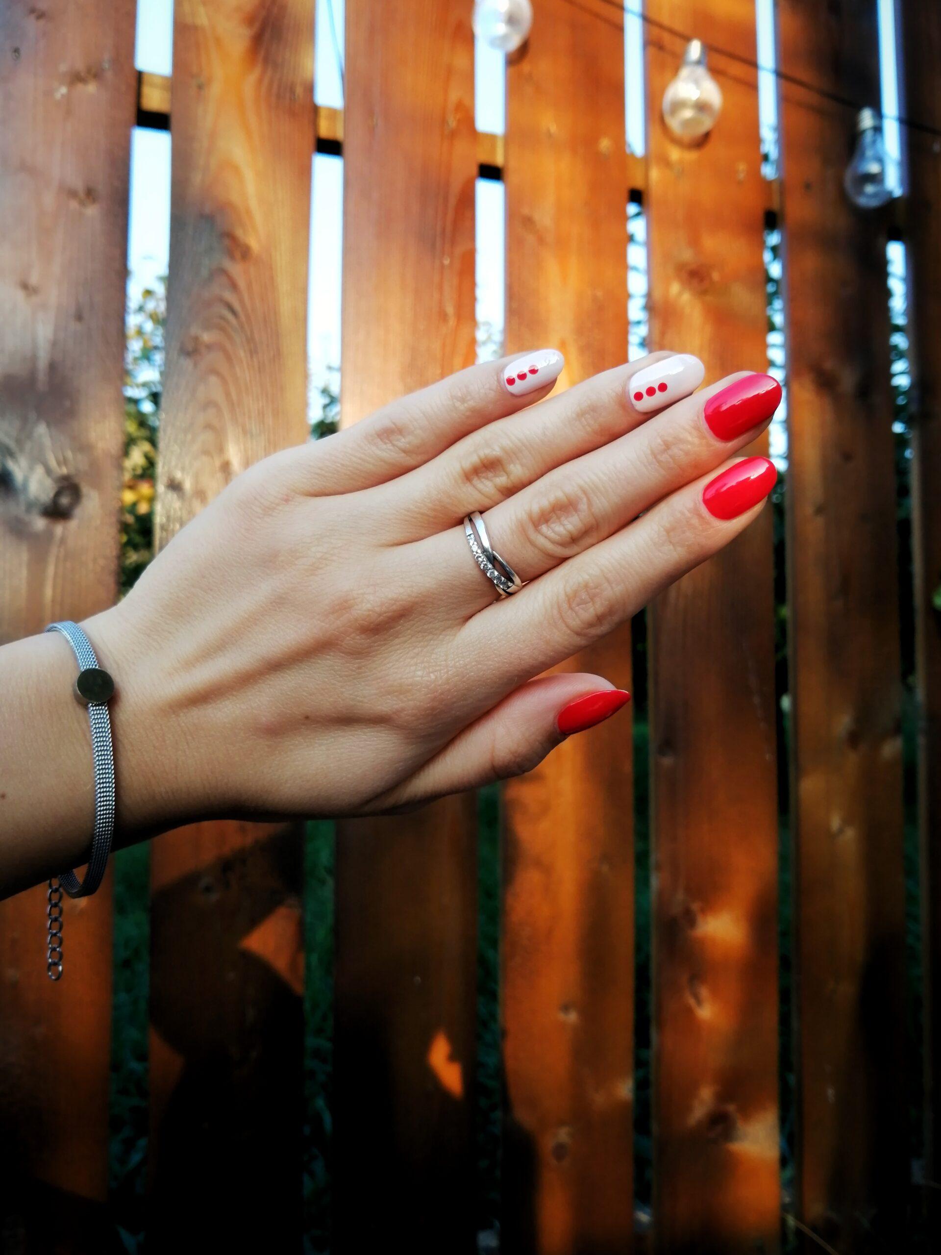 Pas cu pas: o altfel de manichiură roșie, cu nude și model